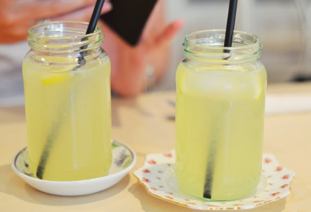 homemade-lemonade-jam-jars