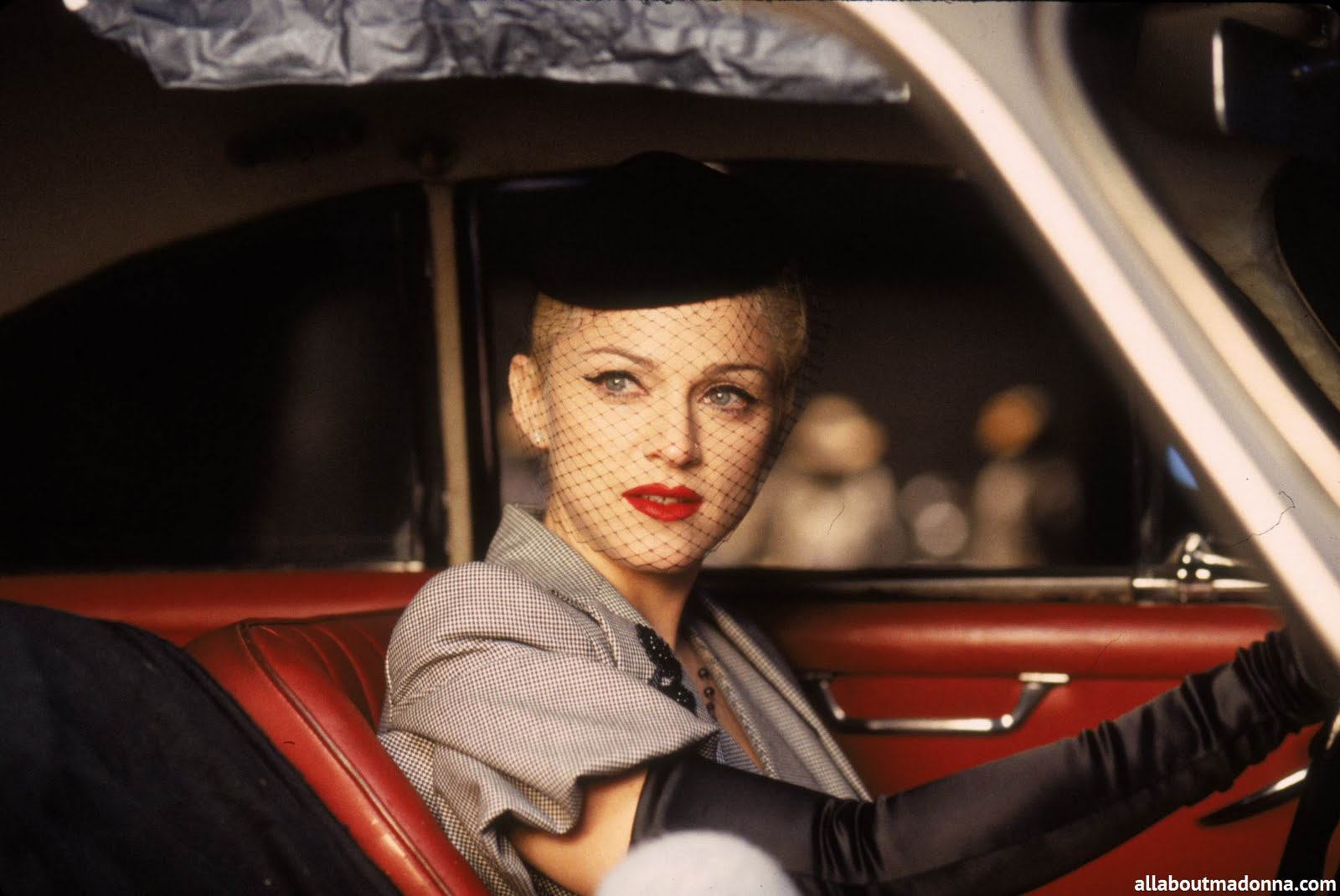 http://1.bp.blogspot.com/--ZV25rTnxRY/TimbgWgsSCI/AAAAAAAAAMw/cHTeHilQf-8/s1600/Madonna+in+Take+A+Bow%252C+1994.jpg