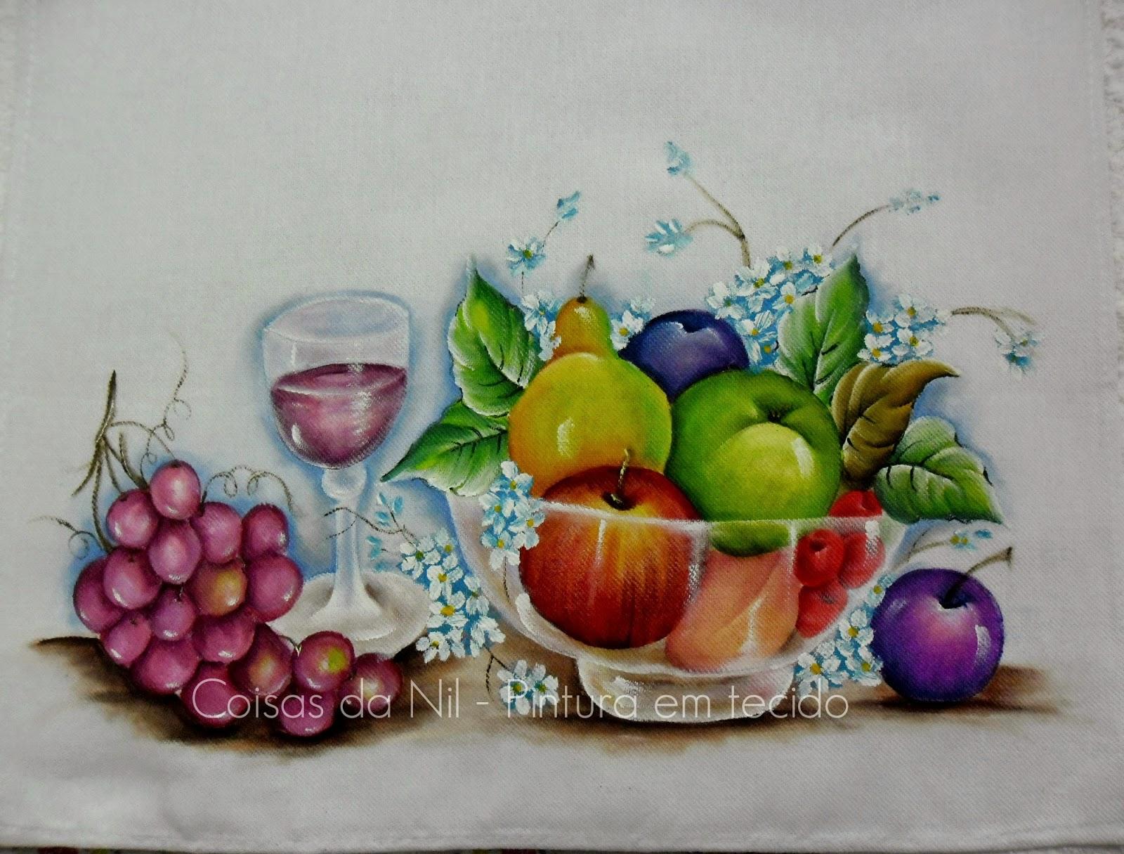 pintura em tecido fruteira transparente com frutas e taça de vinho