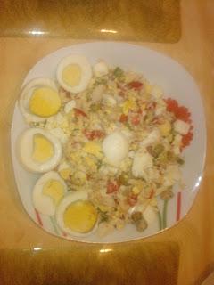 Sałatka z rybą wędzoną i jajami