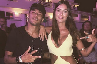 Depois de tanto colar em astros internacionais, a modelo se encostou em Neymar em Ibiza, na Espanha, e os dois postaram fotos juntos: