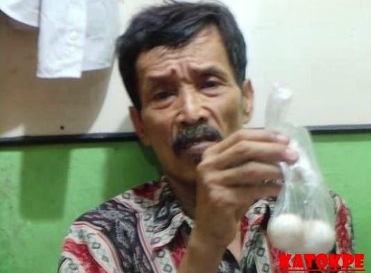 Peristiwa Unik Kakek Bertelur Asal Jakarta