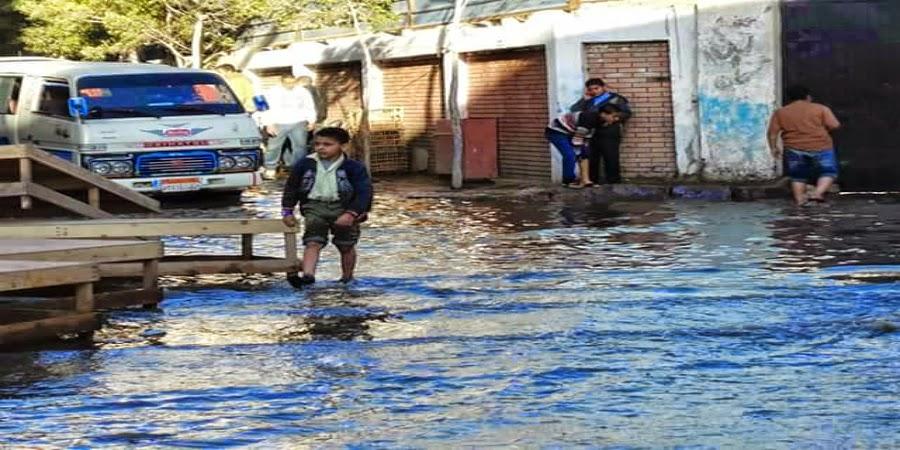خبر :  غرق منطقة الساعة وإنقطاع المياه ... نتيجة إنفجار ماسورة مياه