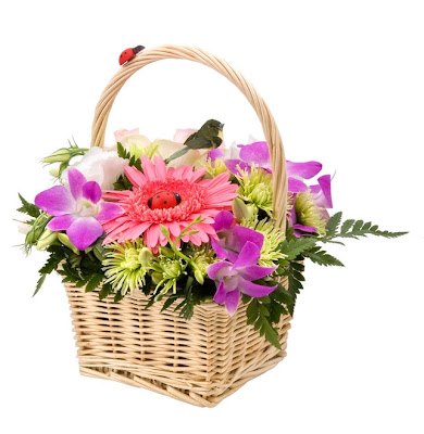 Arreglo floral en una canasta - Flores de colores