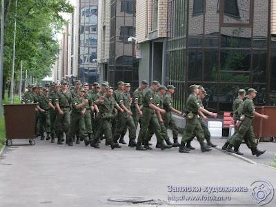 Военные перемещаются как положено - строем