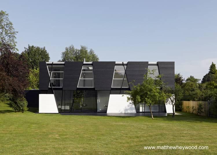 Casa en blanco y negro posmoderna en Inglaterra.
