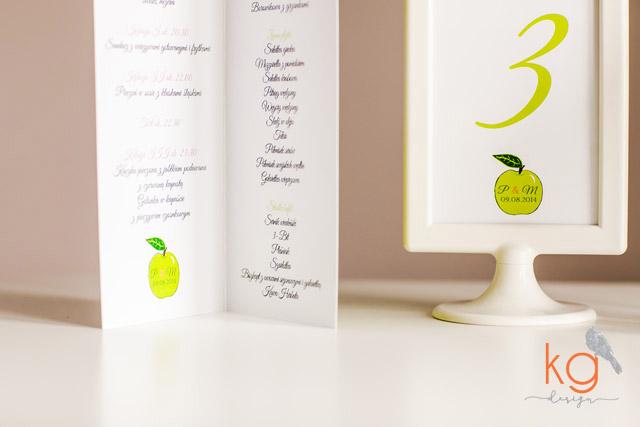 zielone jabłko, wiosenne, świeże, nietypowe, malinowe, owoce, owocowe, dodatki ślubne, biały, papeteria ślubna, personalizowana koperta, naklejana etykieta, biała koperta, zielone jabłko, motyw zielonego jabłka na weselu, winietki wbijane w jabłko, jabłkowe wesele, owocowe wesele, owocowy ślub, owocowe zaproszenia, kolorowe, mocne kolory, zielono-różowe, malinowy, brudny róż, zielona wstążka, oryginalne, wyjątkowe, ręcznie robione zaporszenia ślubne i dodatki
