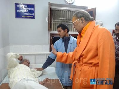 Jagadguru Kripaluji Maharaj visiting patient at Jagadguru Kripalu Parishat Hospital Mangarh