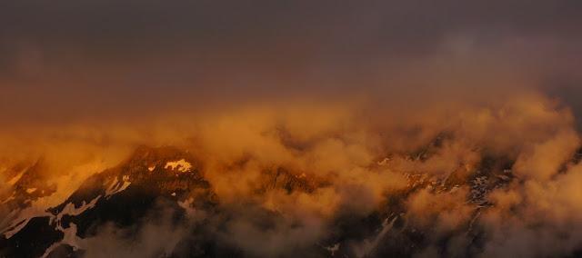 lumiéres d'un coucher de soàleil flamboyant sur les montagnes des Aiguilles Rouges à Chamonix