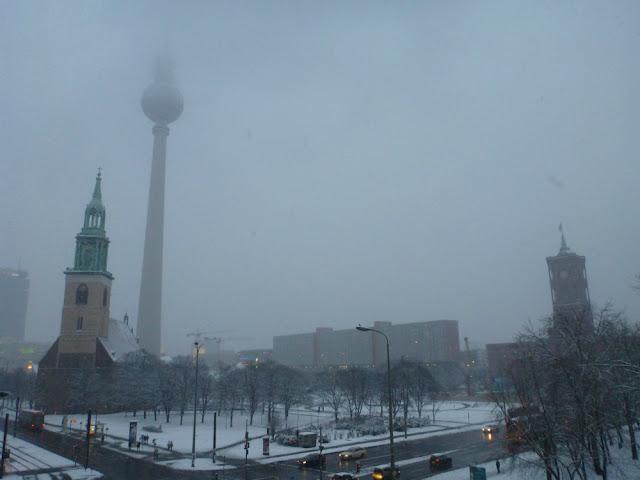 Marienkirche, Fernsehturm mit Spitze im Wolkenmeer, rotes Rathaus, verschneit, in Abendstimung