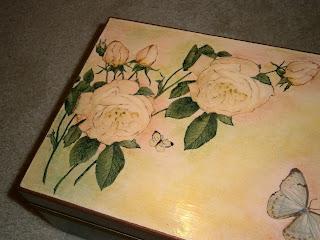 Szkatułka, skrzynka ozdobiona techniką decoupage; brązowa z motywem róż.