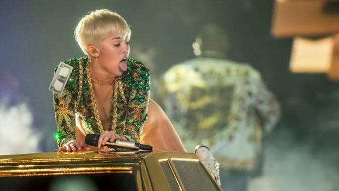 Miley Cyrus Mengajar Budak-Budak Tentang Seks