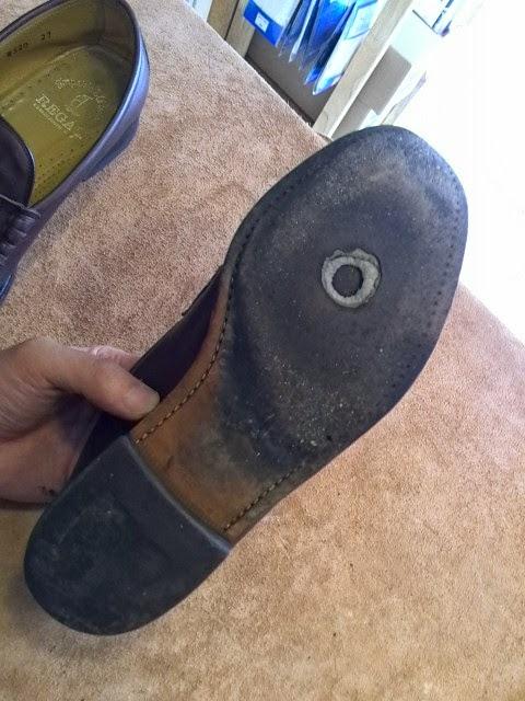 こんな感じで、靴底のほぼ中央に穴が開いてしまいました。 長く履いていると、どうしても磨耗していき、最終的には穴が開いてしまいます。