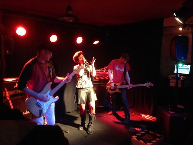 L'Audomarois, bar-tabac, bistrot culturel de proximité à St-Omer-de-Blain 44 – 3 avril 2015 – concert : Ping Pong Show (trip rock).