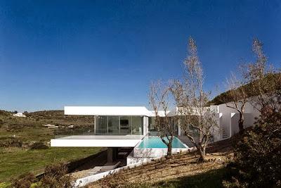 Perfil de casa en la colina con vista al valle