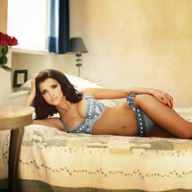 Lucy Mecklenburgh shares her perfect anatomy in a blue bikini on her Instagram account