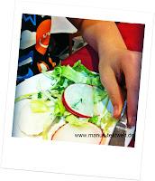 Salat und Obst essen