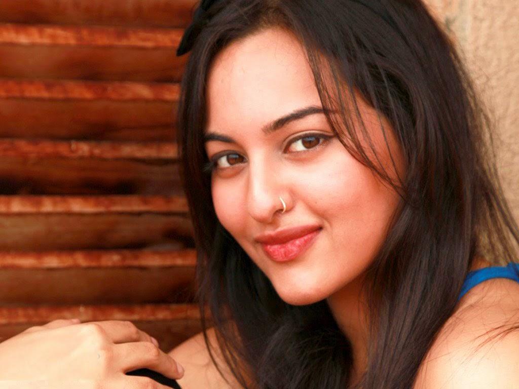 Bollywood actress sonakshi sinha sizzling image