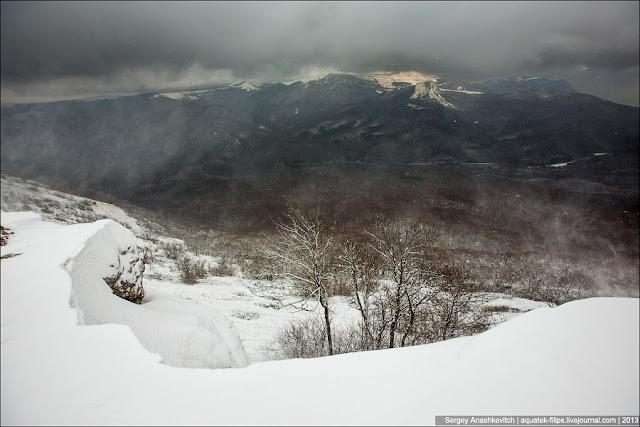 Минуты затишья сменились новыми порывами ветра, который продолжил нести снег с гор вниз