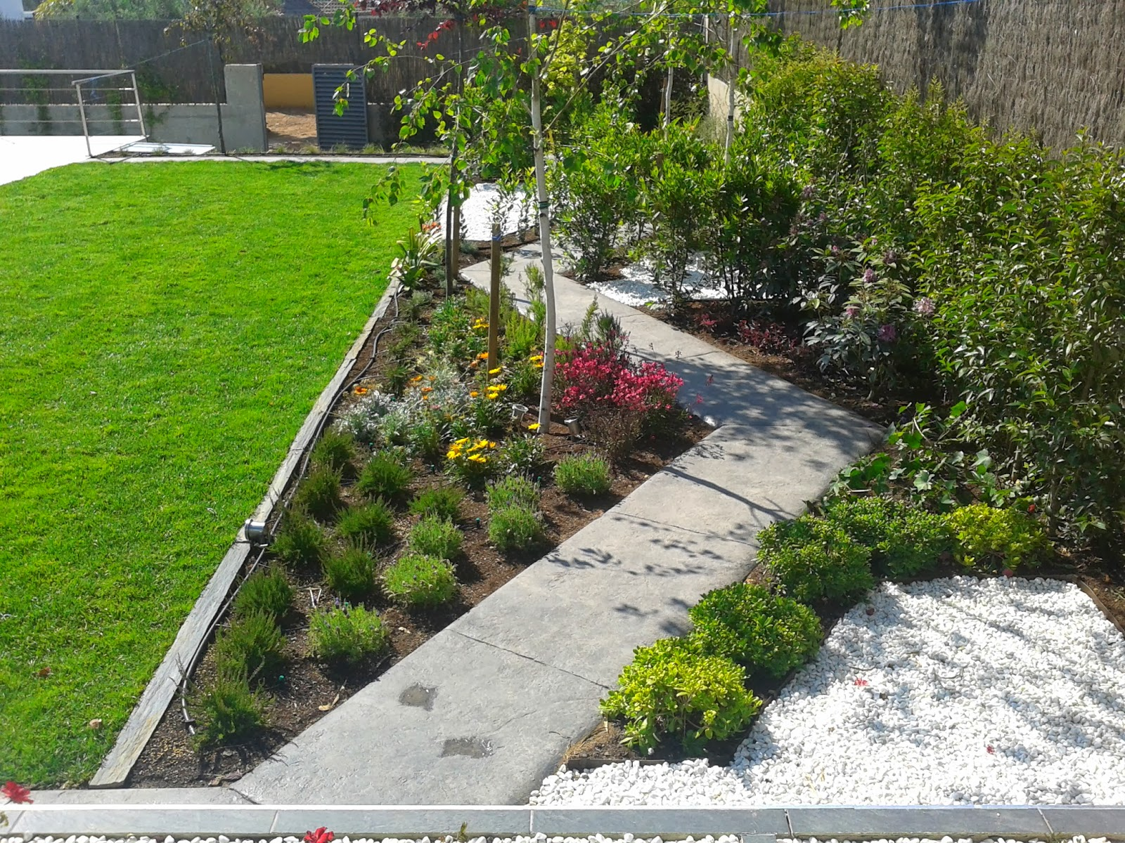 Sendero de hormig n impreso en jardin pavimentos for Pavimentos de jardin