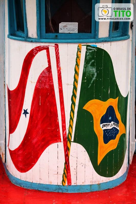 Bandeiras do Pará e do Brasil em Pô-pô-pô que realiza a travessia entre Marudá e Algodoal, no Pará