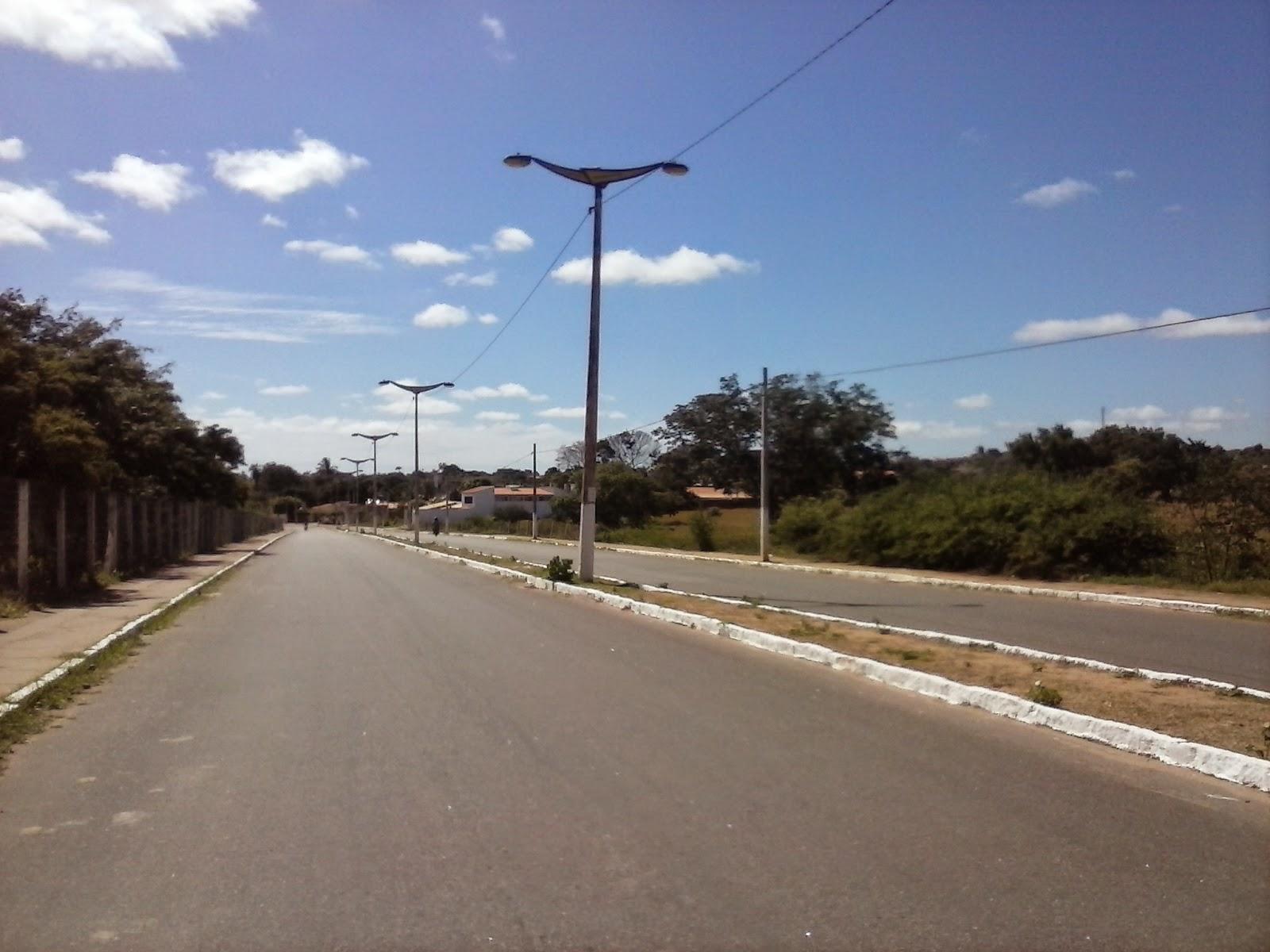 Avenida marginal asfaltada sem drenagem: caos no inverno.