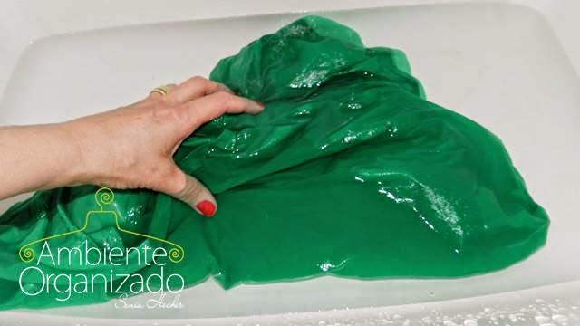 Lavando roupa colorida