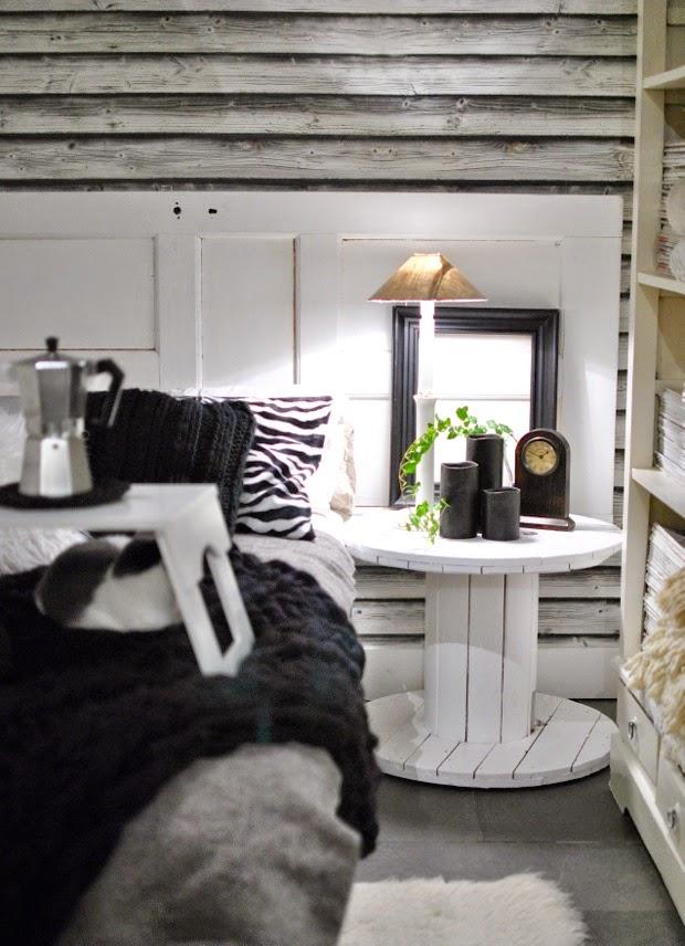 svartvitt gästrum sovrum kabeltrumma
