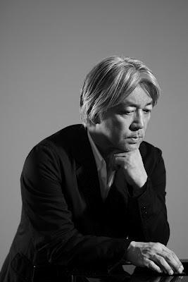 El compositor Ryuichi Sakamoto en una sesión fotográfica