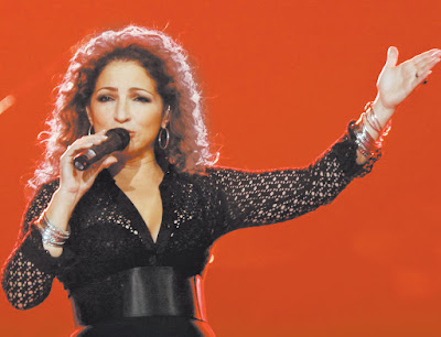 Pop Singer Gloria Estefan Singing Wallpaper