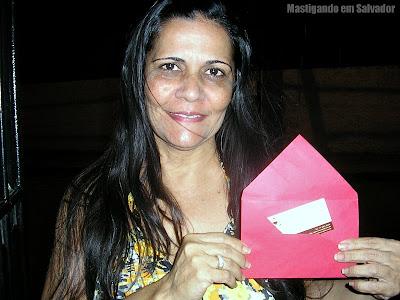 Aida Santos com o voucher da Rincão Grill