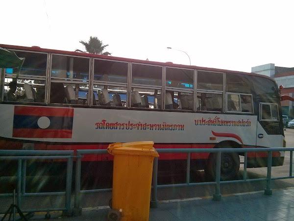 Autobus para cruzar el puente de la amistad entre Tailandia y Laos
