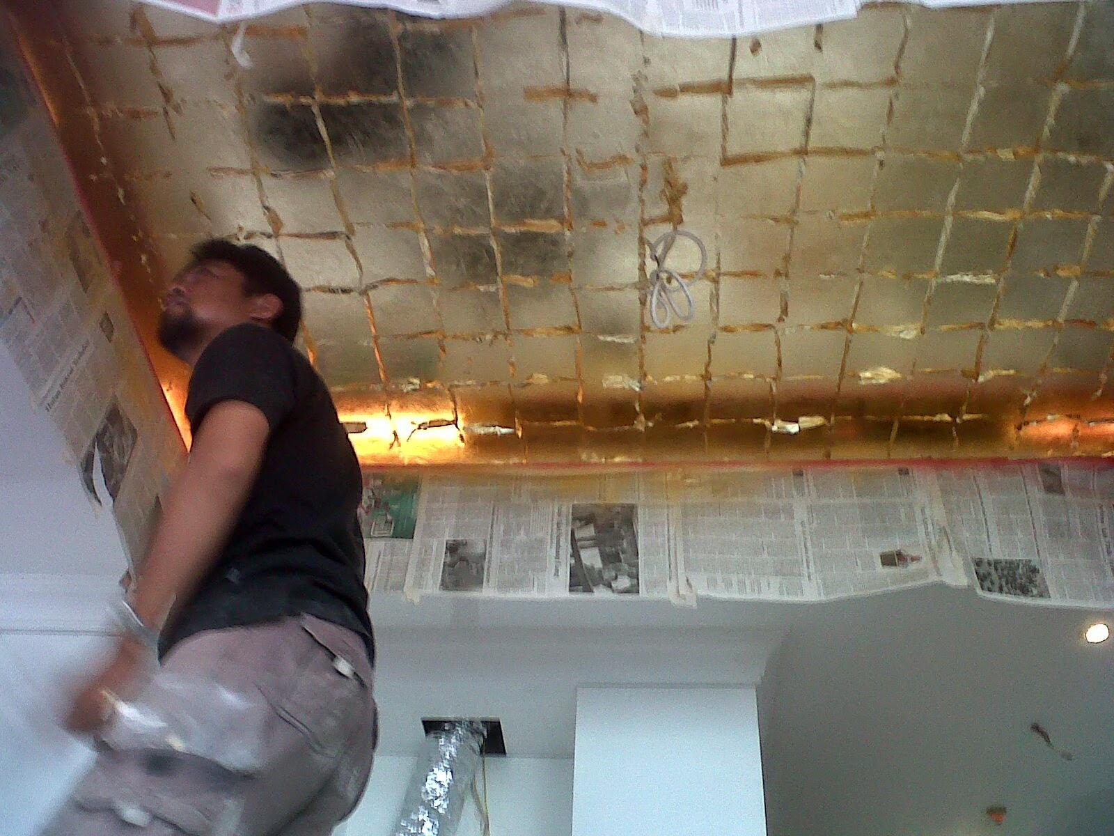 proses penempelan gold leaf pada ceiling