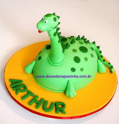 Bolo decorado no formato de um Dinossauro Baby