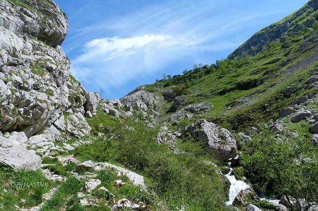 Pequeña cascada en el Río Bulnes llegando al pueblo - Picos de Europa