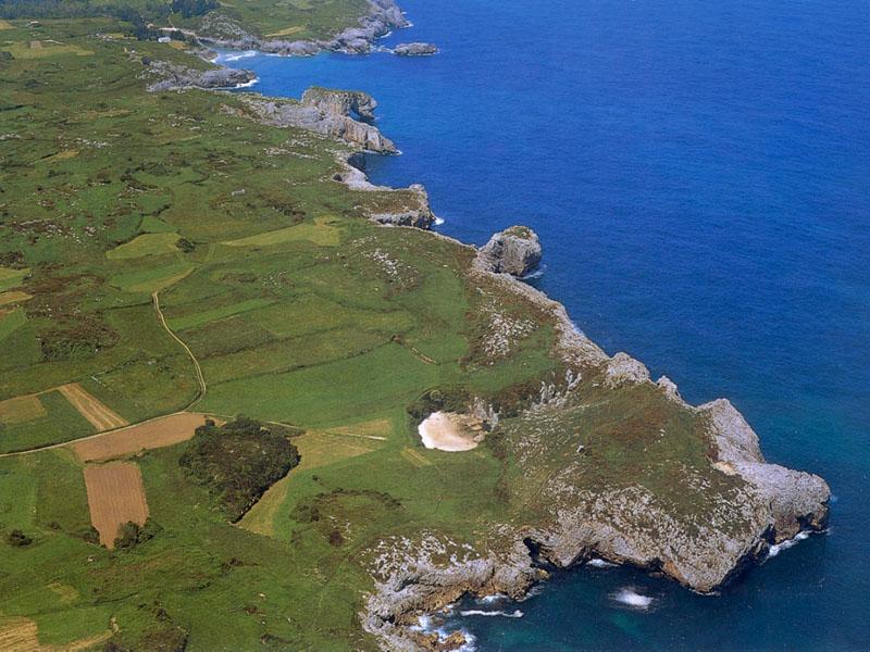 que empiece el viaje ya playa de gulpiyuri en asturias