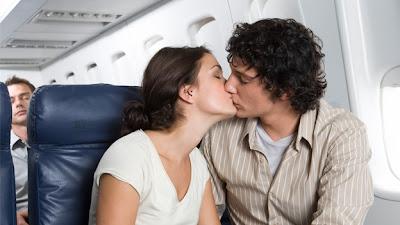 (CNN) — Ver a los pasajeros con los que compartirás un vuelo es tan común como colocar tu bolsa debajo del asiento frente a ti y ajustar tu cinturón de seguridad. ¿Quién no ha pasado algunos momentos sentado en una sala de salida preguntándose quién podría acabar sentado a su lado durante las próximas horas? Y siempre estás esperando que no sea la familia con el niño hiperactivo o el viajero nervioso a quien, lamentablemente se le ha acabado el valium. Ahora, la aerolínea holandesa KLM ha aprovechado nuestra tendencia innata de detección social para ofrecer un servicio que te