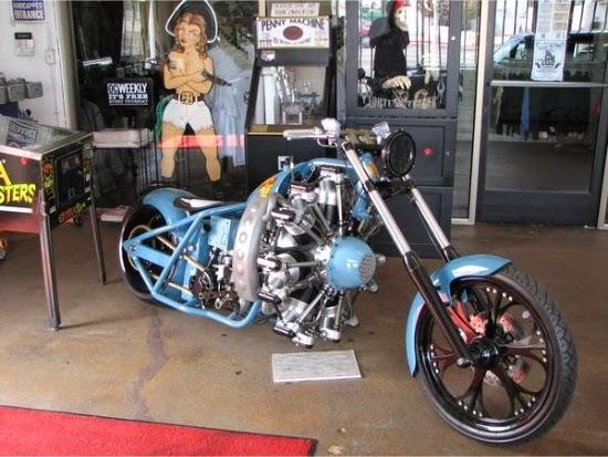 Motocicleta Harley Davidson  ce pare ca are un motor de avion