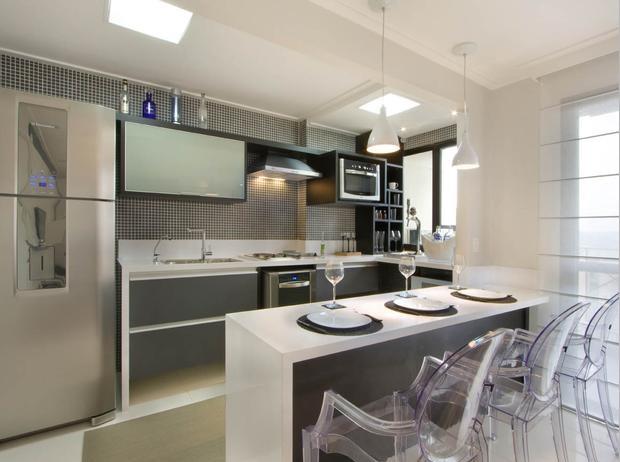 Cozinha americana equipada com cooktop e forno elétrico embaixo