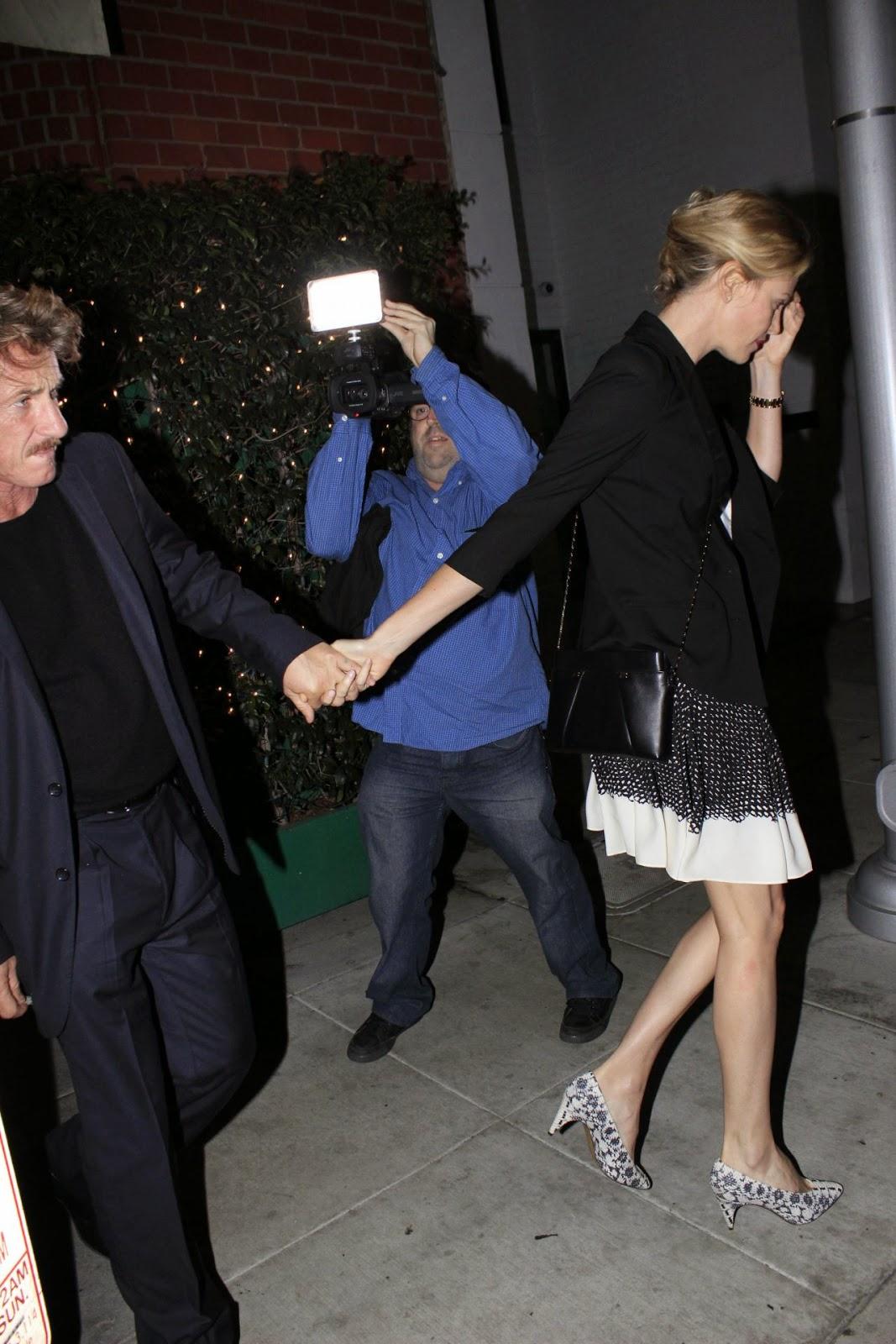 تشارليز ثيرون خلال خروجها لسهرة مع زوجها في لوس أنجلوس