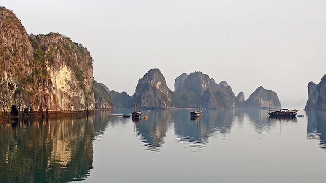 La baie d'Along au petit matin