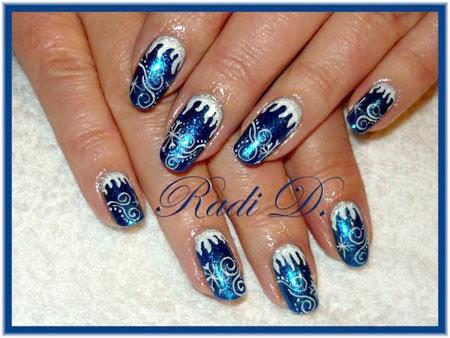 Зимен маникюр в синьо със заскрежен ефект