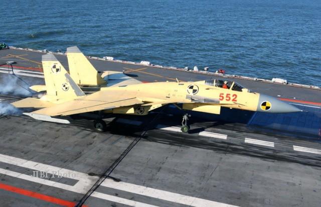 Pesawat tempur berbasis kapal induk buatan China, J-15, saat uji coba pendaratan di atas kapal induk Liaoning, kapal induk pertama AL China.