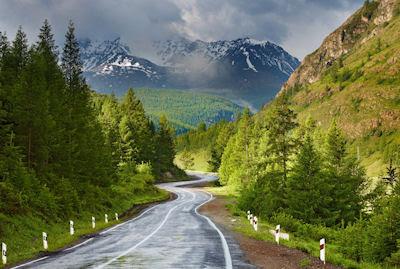 Sendero natural hacia las montañas nevadas - Landscape