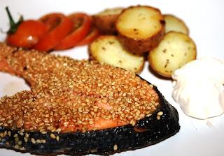 salmão em crosta de sementes de sésamo