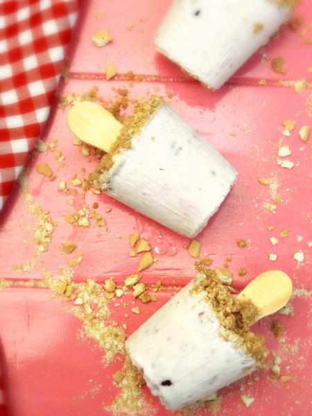 Cheesecake Paletas {#SummerOfThePopsicle Guest Post: La Cocina de Leslie} | www.girlichef.com