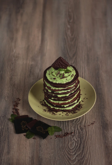 A finger licking good brakfast idea: minty Chocolate Pancakes with After Eight and homemade mint cream. Recipe brought to you by Pancake Stories, a gourmet foodblog from Germany.