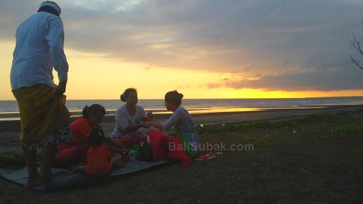 A Balinese families were enjoying the evening
