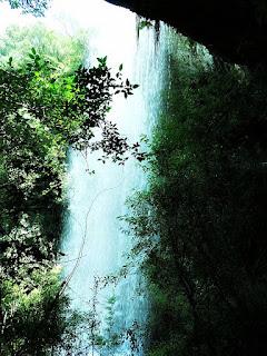 Cascata dos Molin, em Ana Rech, Caxias do Sul. Vista posterior da queda d' água, a partir da caverna.