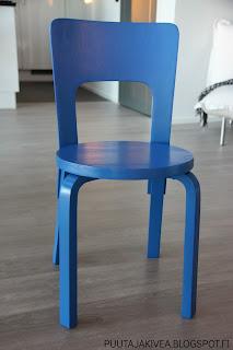 L356 sinisellä kalustemaalilla käsitelty Artek Aalto tuoli 66.
